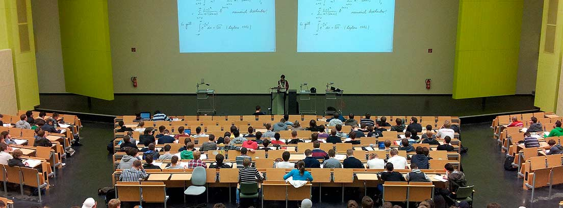 Alumnos sentados en una clase de universidad