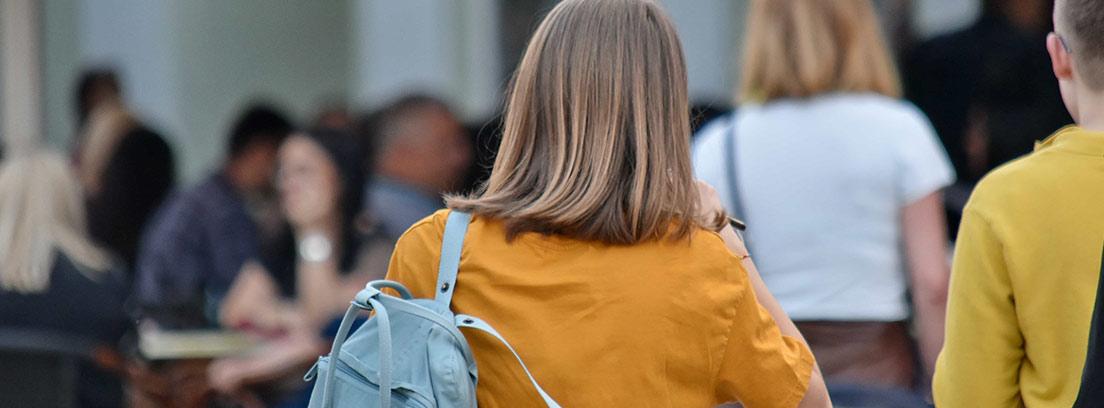 Niña de espaldas con mochila en la vuelta al cole, uno de los mayores gastos en la cuesta de septiembre