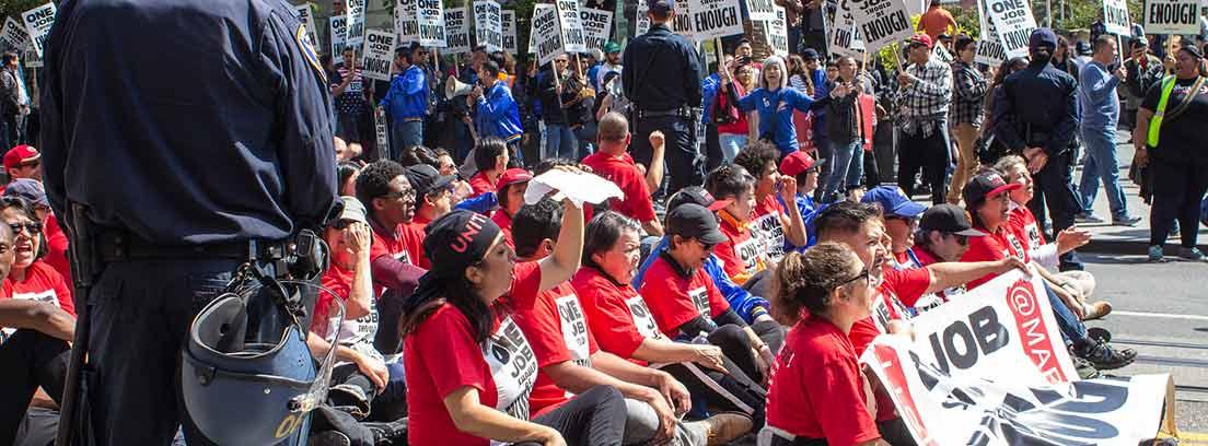 Varias personas sentadas en el suelo durante una huelga