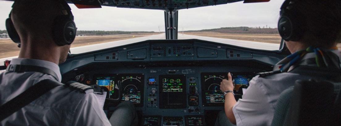 Pilotos de avión en una cabina