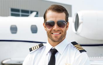 Piloto privado delante de un avión