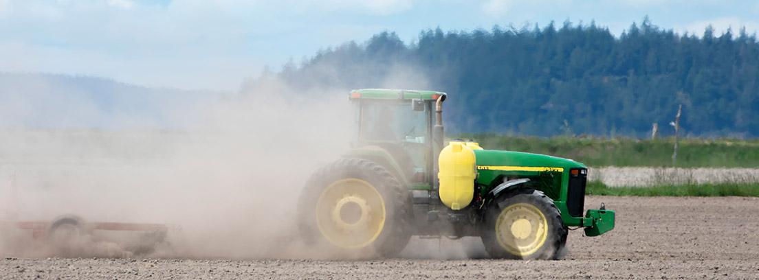 Tractor trabajando en un campo seco