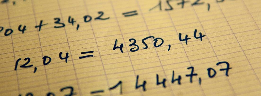 Números y operaciones escritos a mano en una hoja