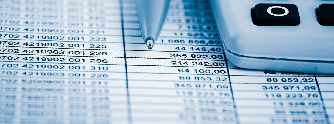Calculadora y boli sobre un papel con datos de contabilidad financiera
