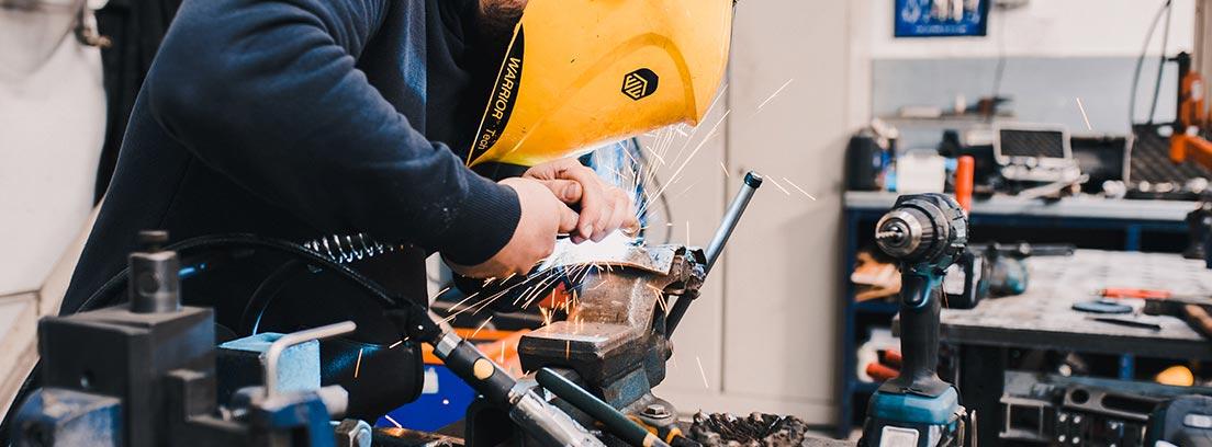 Un operario trabaja en una fábrica