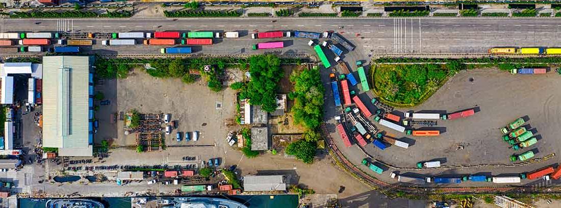 Camiones en fila en un puerto comercial