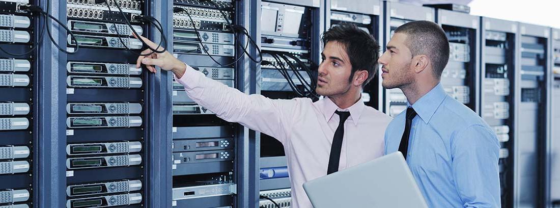 Dos trabajadores en un centro de datos