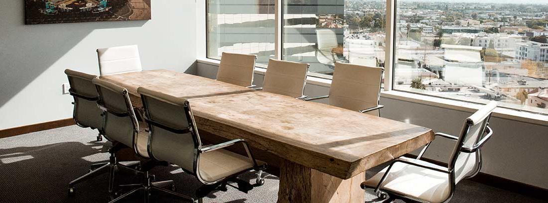 Sala de reuniones en un edificio de oficinas