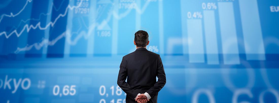Un inversor mira las cifras de evolución del mercado