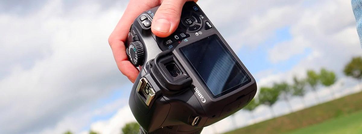 Mano sujetando una cámara de fotos
