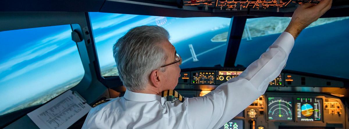 Hombre pilotando una aeronave