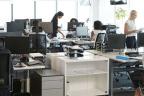 Oficina con varias personas trabajando en sus puestos
