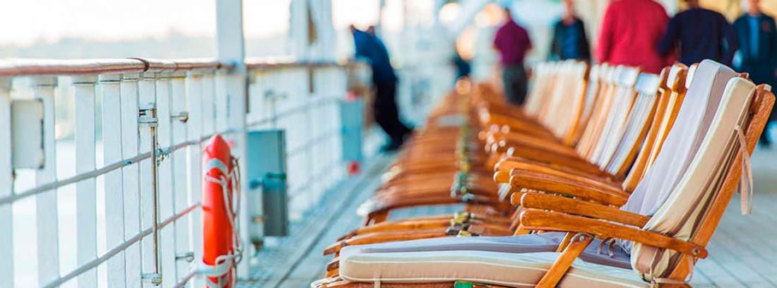 Hilera de hamacas de madera en la cubierta de un barco