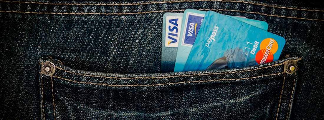 Bolsillo de pantalón vaquero con tarjetas bancarias
