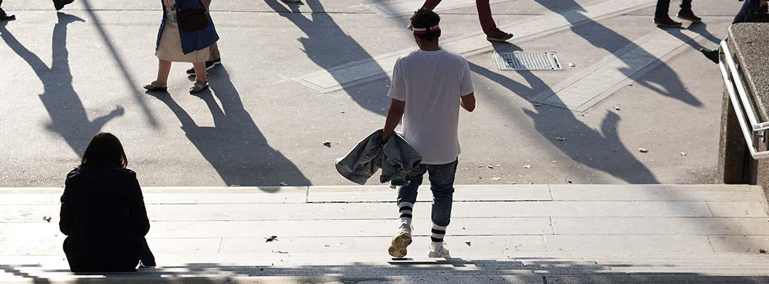 Diferentes personas mayores y jóvenes andando por la calle