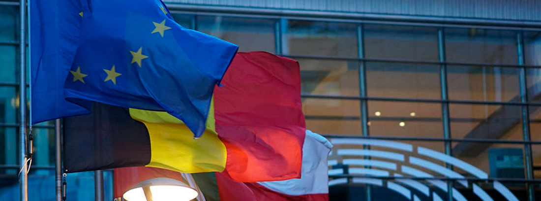 Bandera de la UE junto a otras europeas ondeando