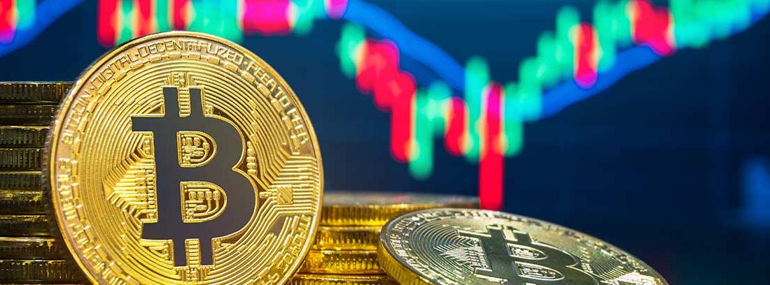 Dos montones de Bitcoins sobre un fondo con líneas