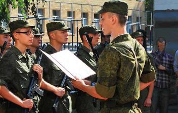 Varios militares en formación