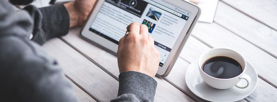 Un ciudadano lee noticias en una tablet