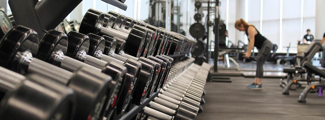 Una mujer se ejercita en un gimnasio