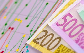 Billetes de Euro sobre unos gráficos