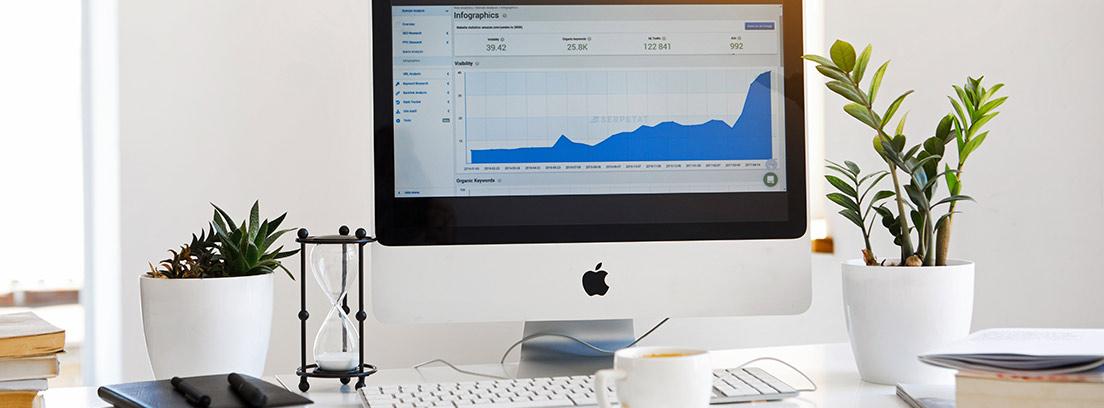 Evolución de las acciones de una compañía en la pantalla de un ordenador