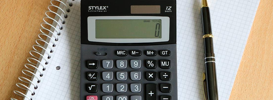 Calculadora y boli sobre un cuaderno