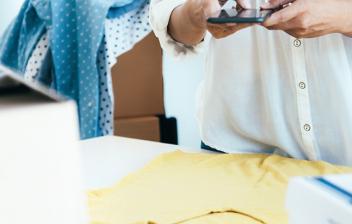 Mujer fotografiando prendas para su envío