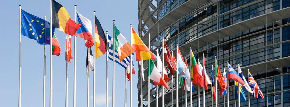 Las diferentes banderas de la Unión Europea ondeando al viento
