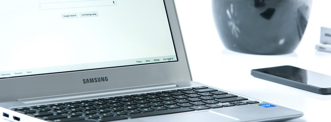 Ordenador mostrando la página de inicio de Google