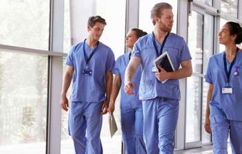 Grupo de médicos caminando por un pasillo