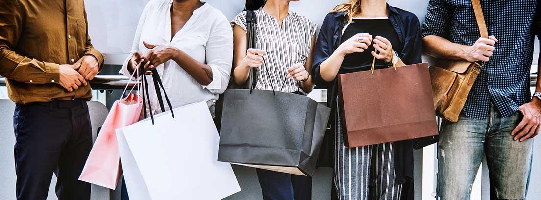 Varias personas con bolsas de la compra