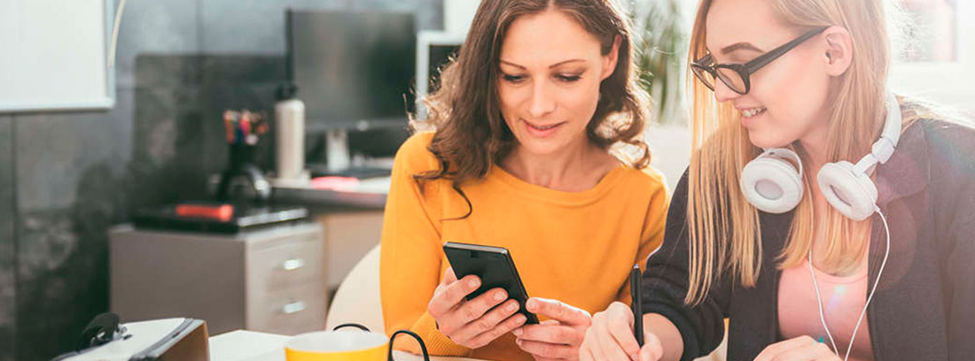 Dos mujeres mirando un móvil
