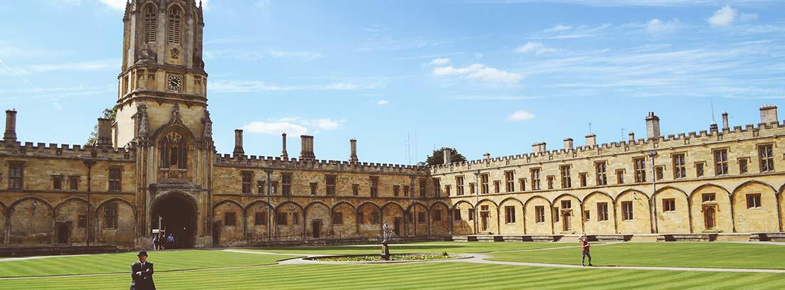 Vista general de fachada de edificio universitario DE Oxford con césped delante