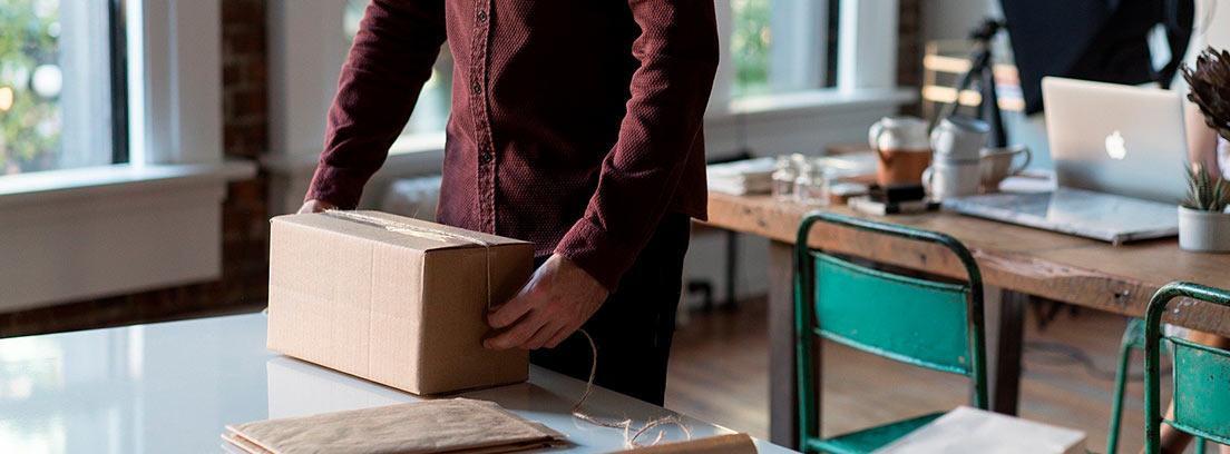 Hombre preparando un paquete