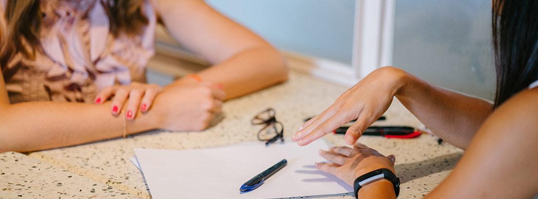Una mujer entrevista a una candidata a un puesto de trabajo