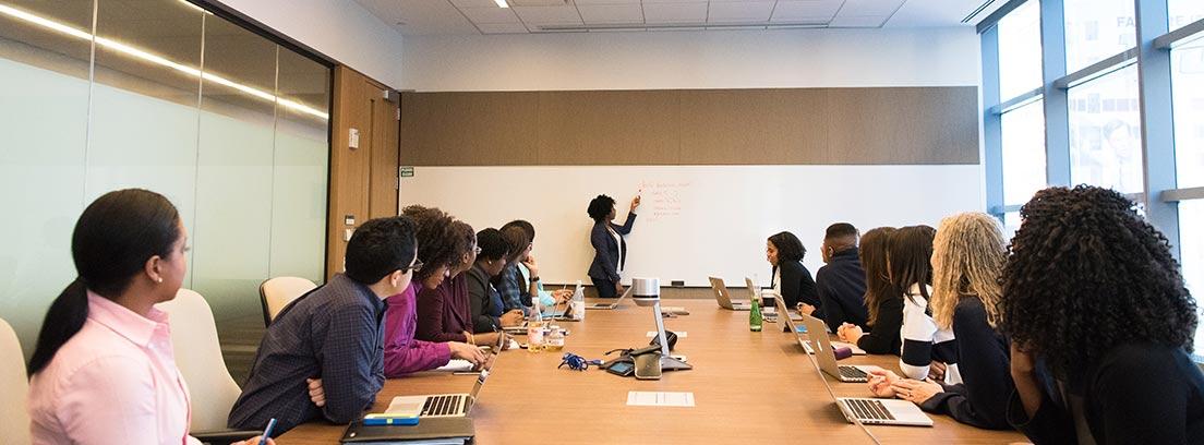 Una directiva desarrolla una presentación ante un equipo de trabajo