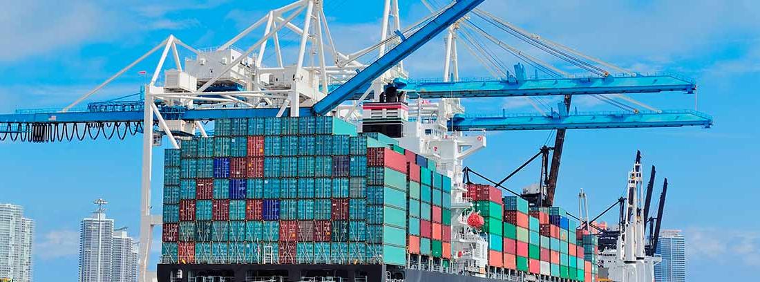 Un buque de transporte de mercancía atracado en un puerto