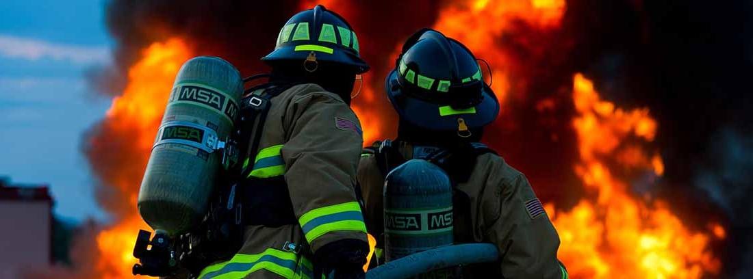 Bomberos apagando un fuego