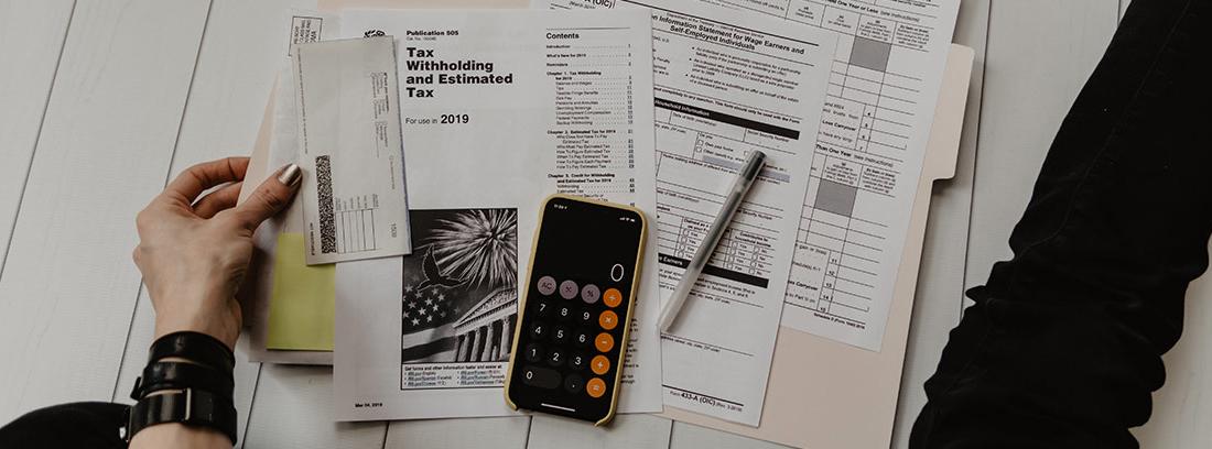 Un contribuyente prepara su declaración de la renta