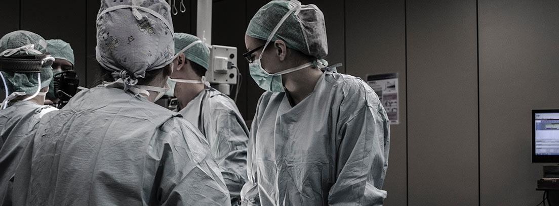 Un equipo médico se prepara para una intervención
