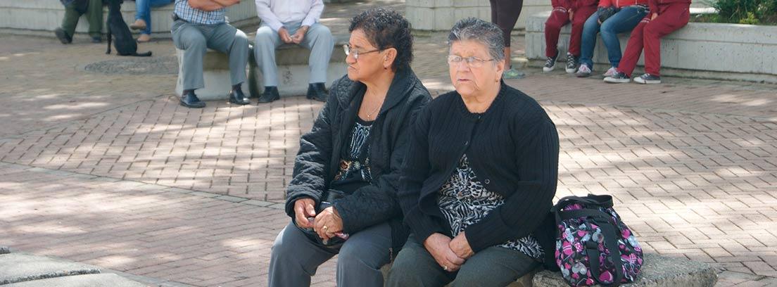 Mujeres jubiladas sentadas en un banco