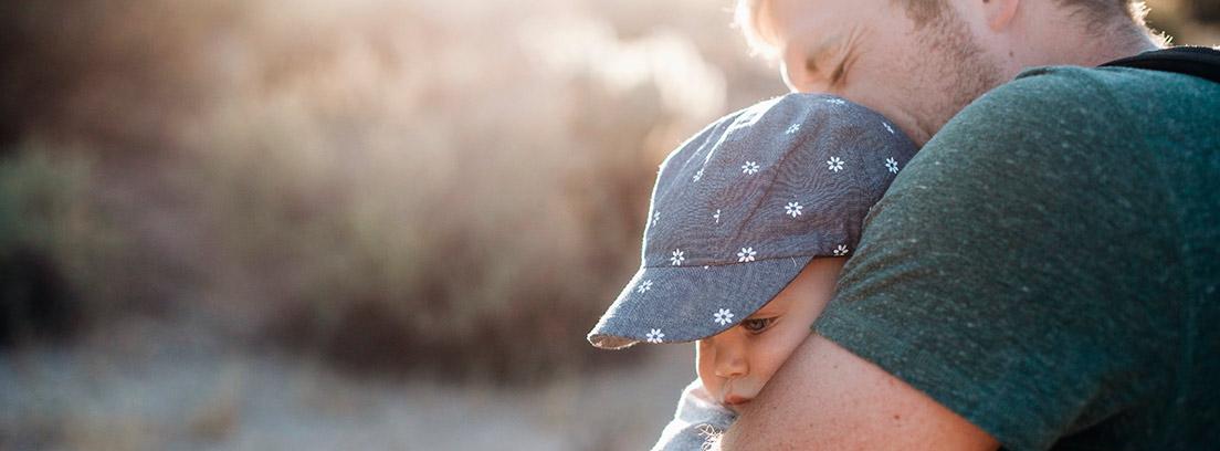 Hombre abrazando a un bebé