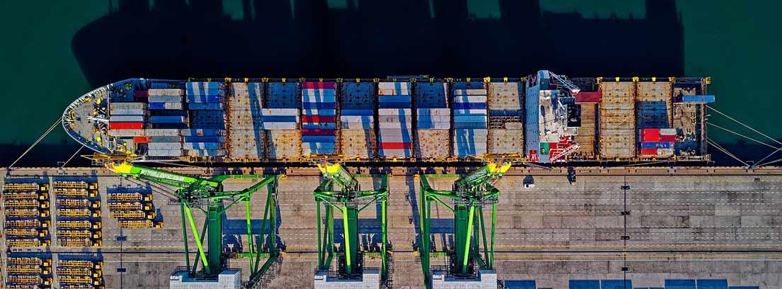 Vista cenital de un barco cargando contenedores