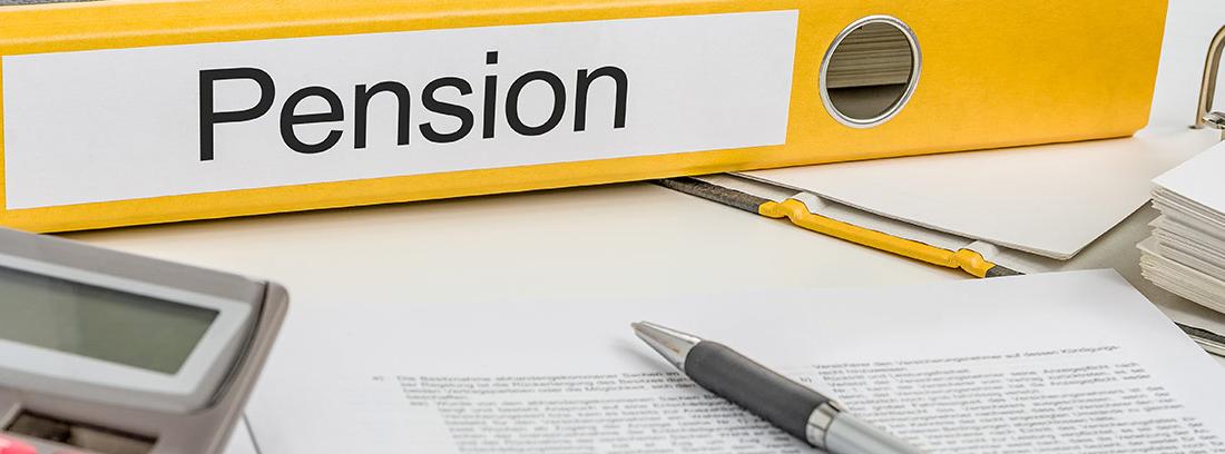 """Papeles, calculadora y carpeta con la palabra """"pension"""""""