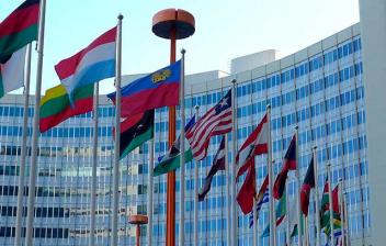 Banderas de distintos países situadas en la Sede de las Naciones Unidas