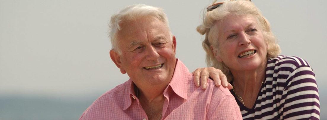 Hombre y mujer mayores sonrientes