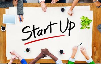 Un grupo de emprendedores reunidos en una mesa
