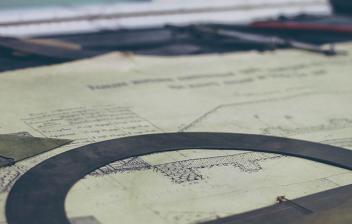 Planos de arquitecto sobre una meda con reglas y otras herramientas