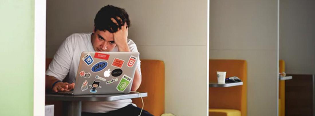 Hombre frente a un ordenador